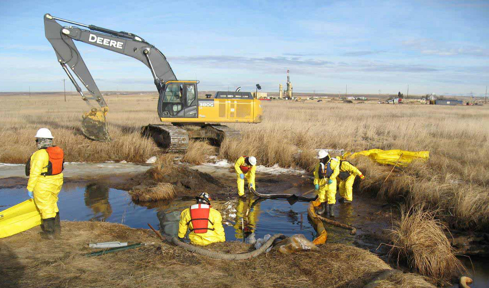 In North Dakota, new pipeline rules split industry